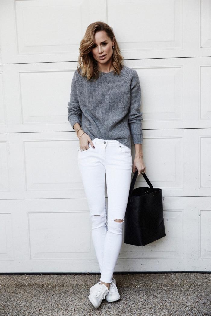 tenue hiver, s'habiller en gris et blanc, porter le pantalon blanc déchiré avec pull gris et baskets blancs femme