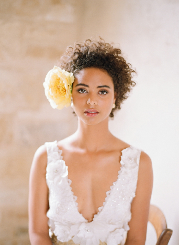 Cheveux coiffure cheveux mi long bouclé mariage idée coiffure grand fleur dans les cheveux