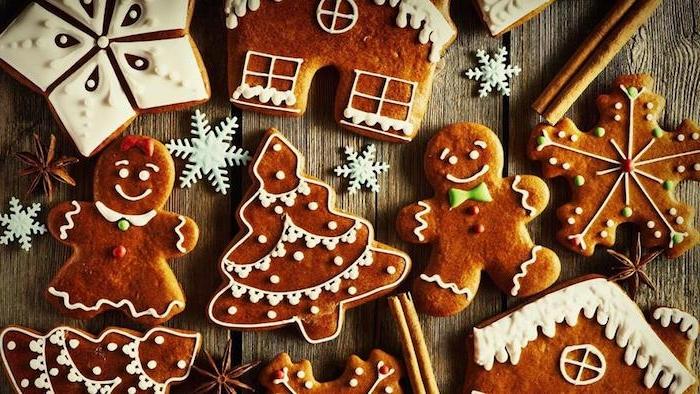 biscuits de noel en pain d epices, recette sablés faciles au gingembre et cannelle en forme de bonhomme, sapin de noel, flacons de neig et maisonnette, glacage sable blanc