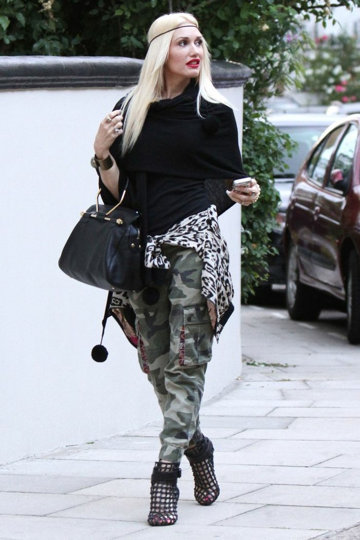 Gwan Steffany comme une fille swagg, pantalon print camouflage, blouse noire, chaussures extravagantes