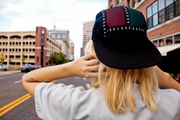 fille swag, casquette aux éléments décoratifs, t-shirt fluide grise, mode streetstyle