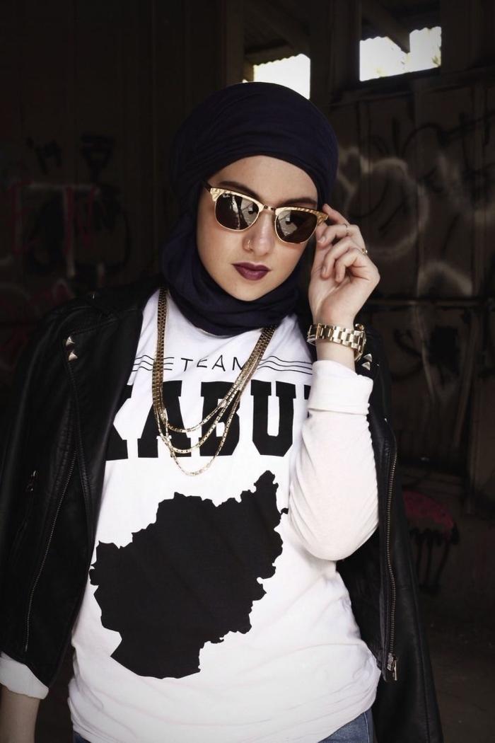 fille swag, lunettes cadres dorés, hijab noir, montre luxueuse, veste en cuir noire