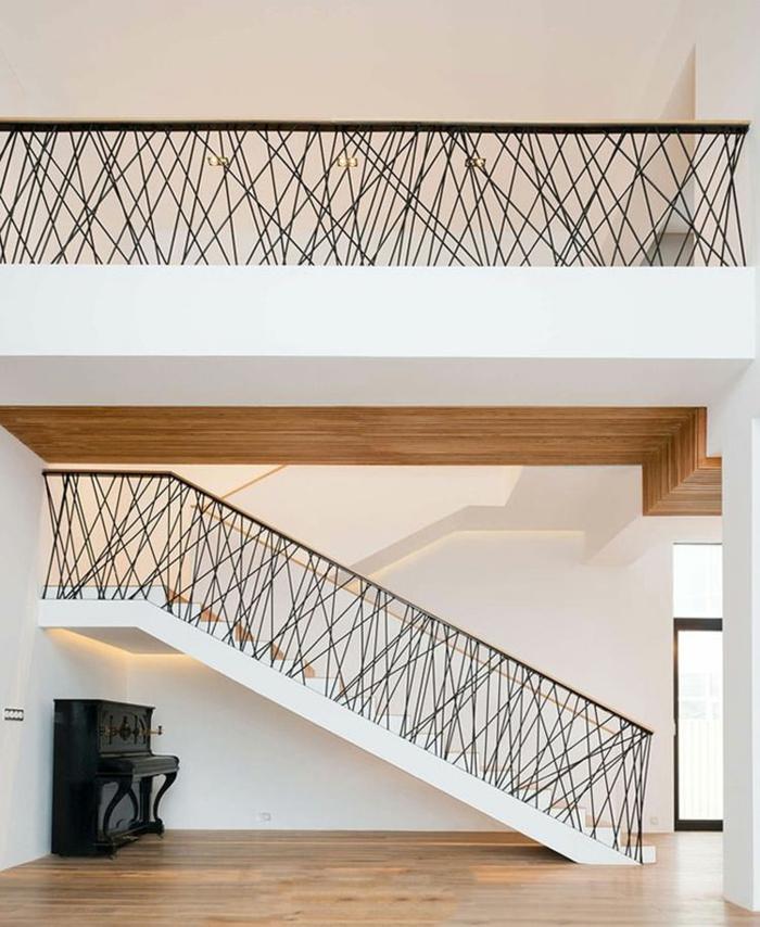 escalier design, escalier avec garde corps escalier interieur en métal noir avec des motifs fines ficelles élastiques qui s'entrecroisent