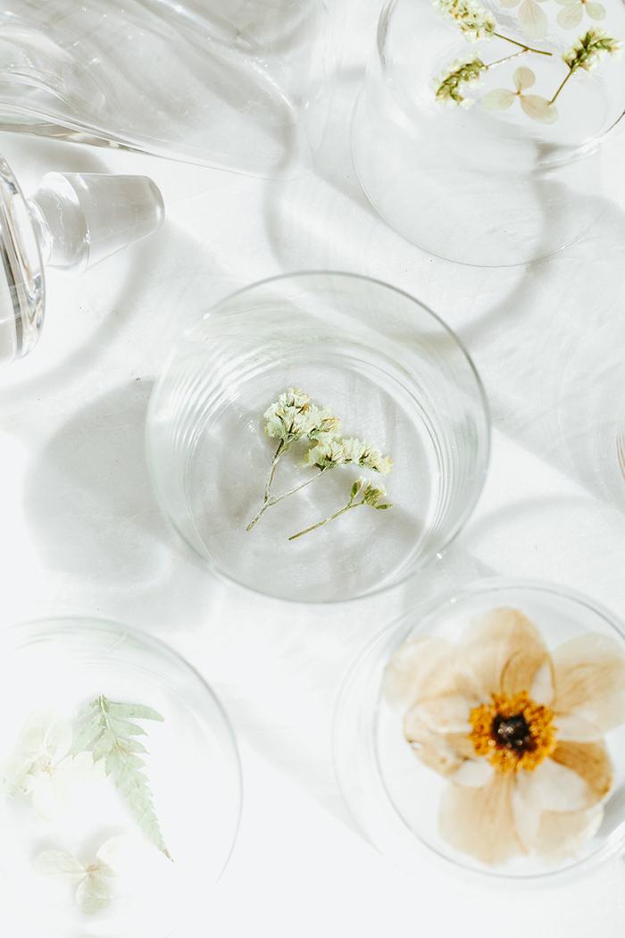activité manuelle adulte avec des fleurs séchées collées