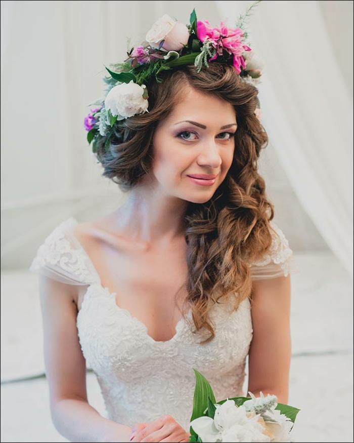 Coiffure mariage cheveux mi long bouclé idée comment se coiffer pour son mariage bouclés à la côté
