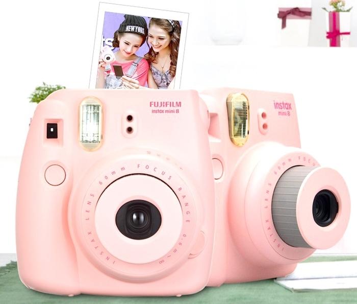 cadeau de noel pour ado de 15 ans fille, un appareil photo polaroid rose fujifilm instax mini 8 pour faire des photographies instantanées