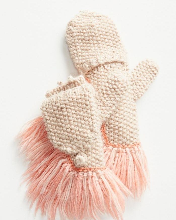 des gants tricot blancs avec des chutes roses, modele de cadeau de noel pour ado de 12 ans fille