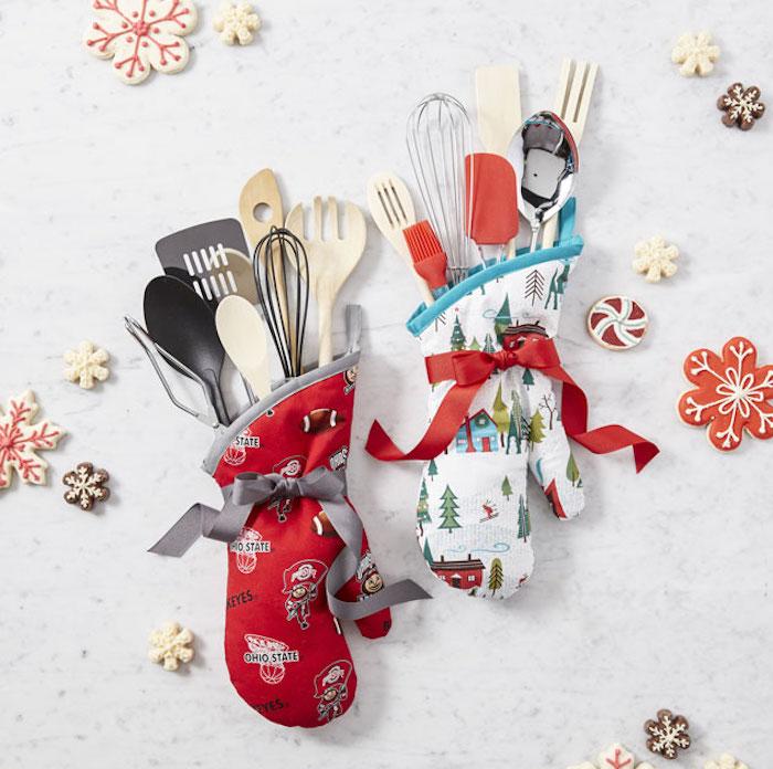 idée cadeau noel maman, gants de cuisine anti chaleur à motifs noel, ustensiles de cuisine divers