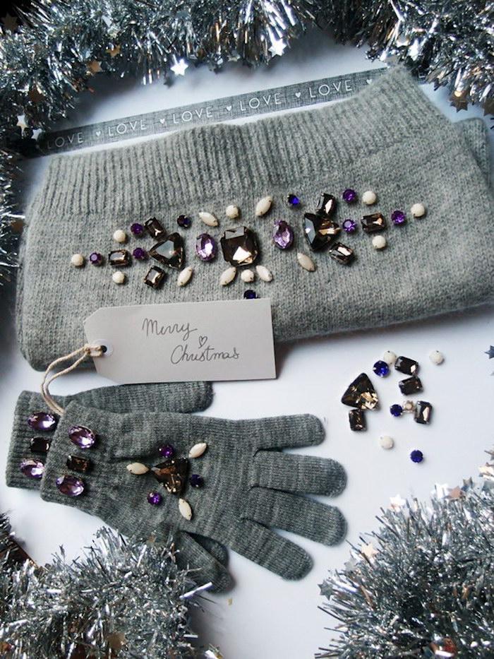 idee cadeau noel femme, écharpe et gants gris décorés de perles et pierres décoratives, guirlandes grises