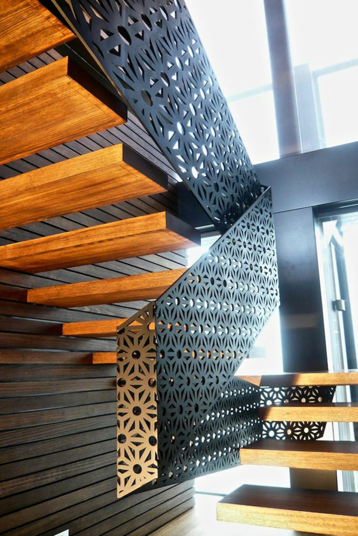 escalier moderne avec des marches suspendues et garde corps effet ajouré aux motifs floraux