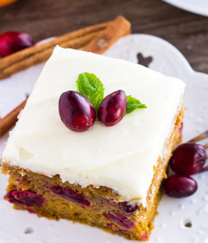 nappage gateau avec fromage à la crème pour décorer un gâteau à la citrouille décoré de fruits frais