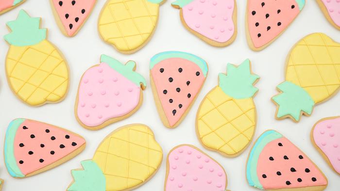 glacage sucre glace de couleurs diverses pour créer des biscuits à motif pastèque, ananas et fraise