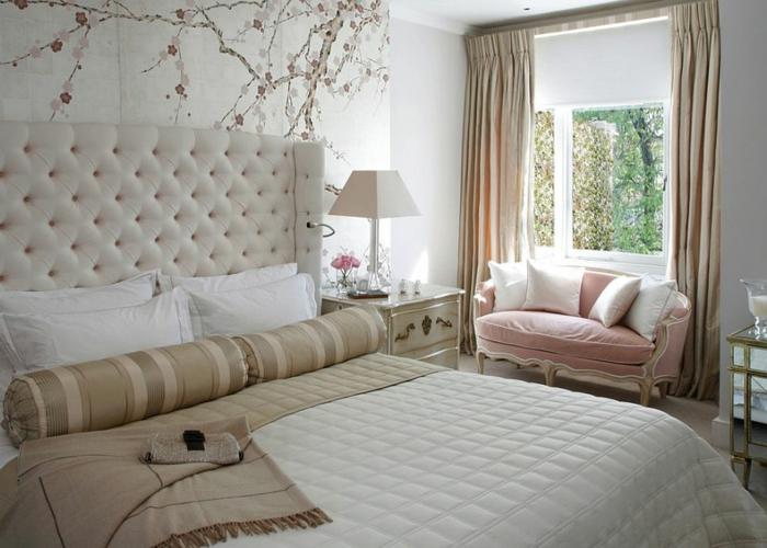 deco chambre baroque, petit sofa rose, coussins blancs, rideaux taupe, murs blancs