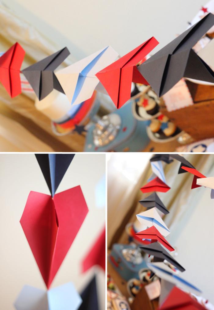 idée originale pour une décoration de fête sur thème avions, une guirlande en avions en papier colorés