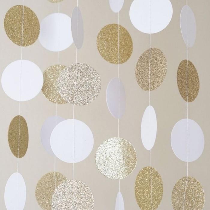 guirlande boule, décoration chambre fille en blanc et or fait main, cercles en papier peints avec peinture paillette argentée et dorée