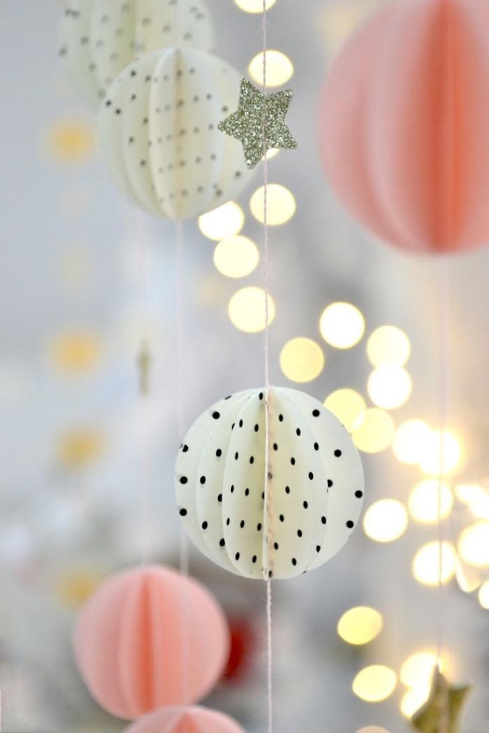 décoration de noel à faire soi même, guirlande en cercles et étoiles fabriqués de papier coloré et à design géométrique