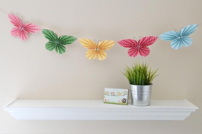 faire une guirlande en papier, décoration d'intérieur à design papillon fait main avec papier en couleur