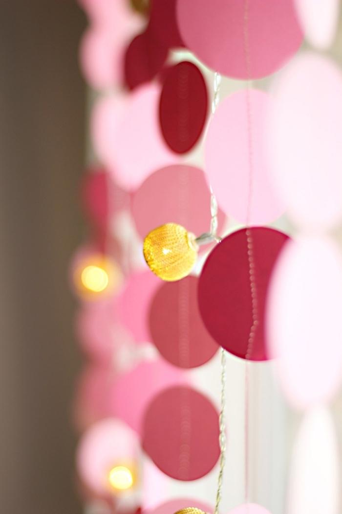 activité créative, modèle de guirlande fait main à motifs cercles de papier rose et fil blanc