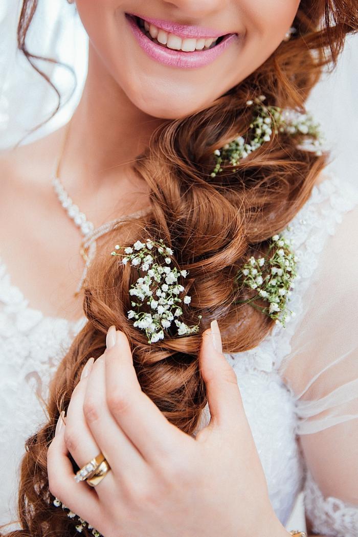 Belle coiffure avec boucles pour mariage coiffure mariage bouclée tresse a cote