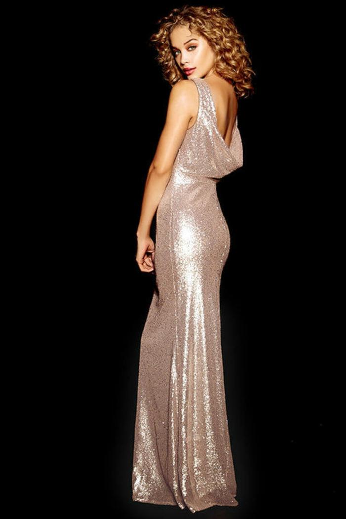 Habillée robe de soirée manche longue comment s'habiller belle femme boucles cheveux blondes