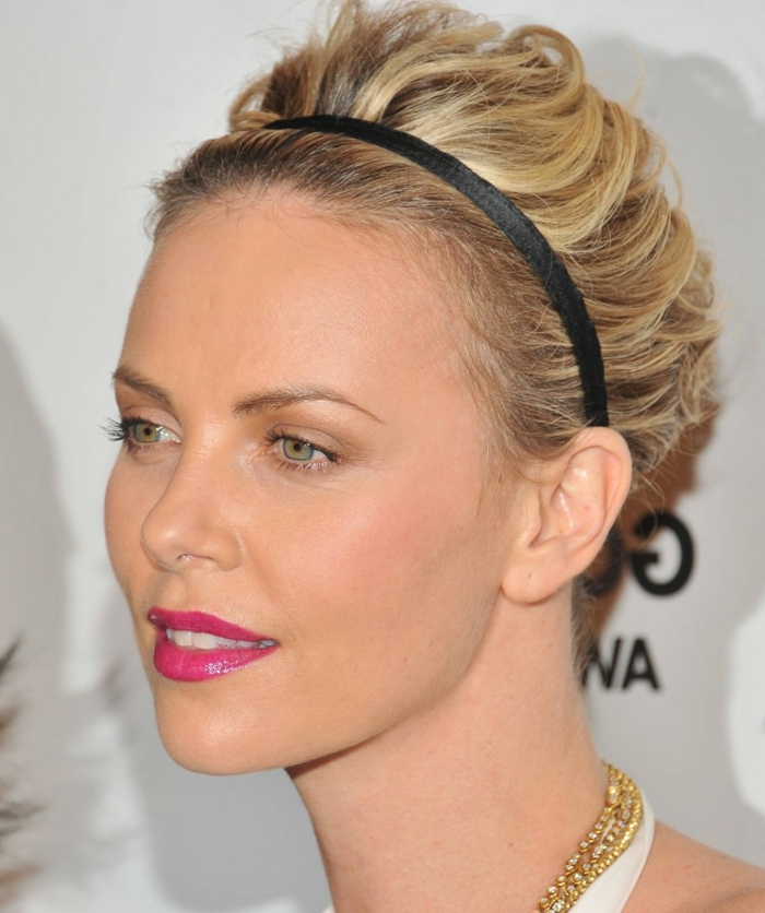 headband cheveux courts, maquillage simple et élégant de Charlize Theron