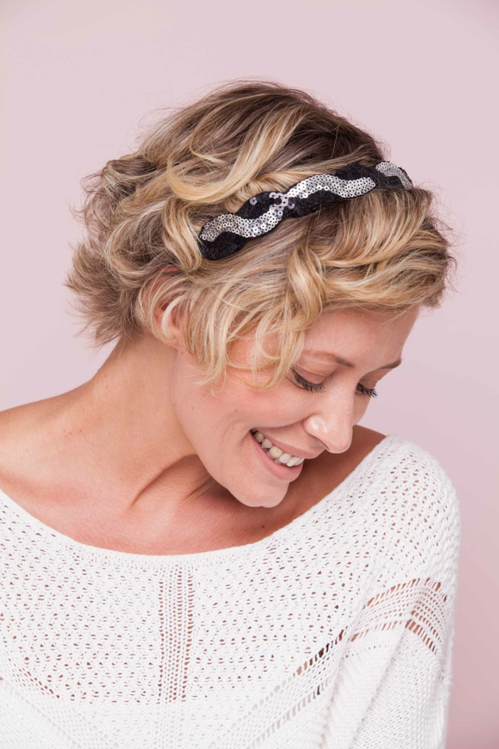 headband cheveux courts, cheveux couleur blond, diadème en noir et argenté