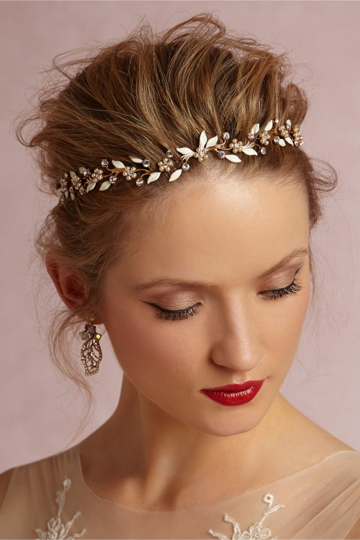 headband mariage, diadème de mariage avec pierres précieuses sur cheveux blonds
