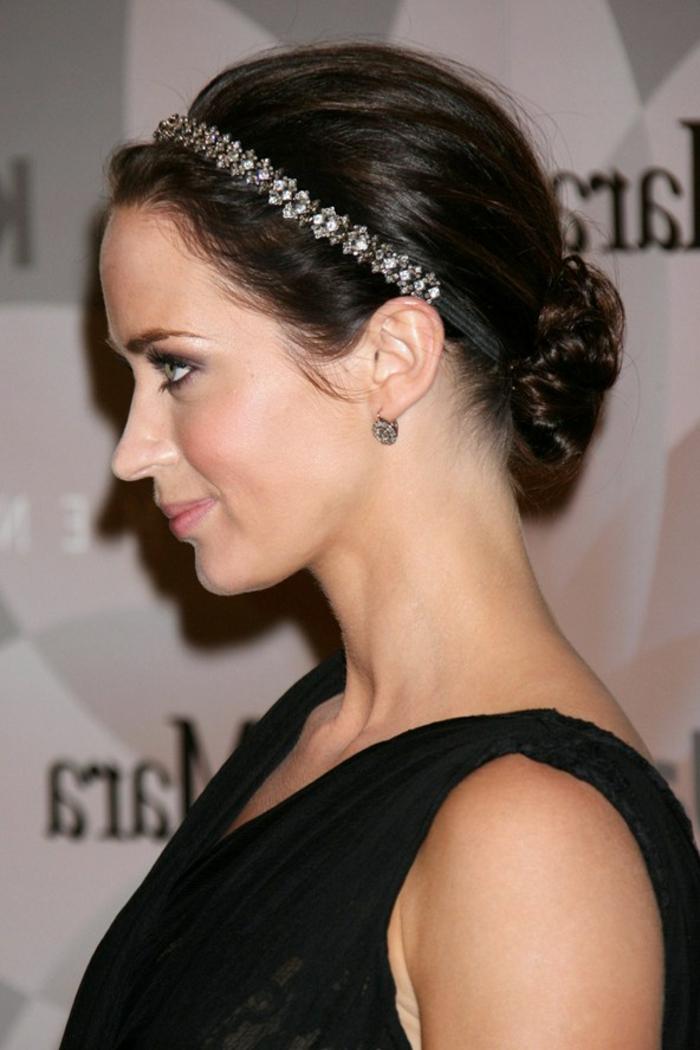 headband strass, cheveux chataîns, chignon bas et diadème, jolie femme avec robe de soirée