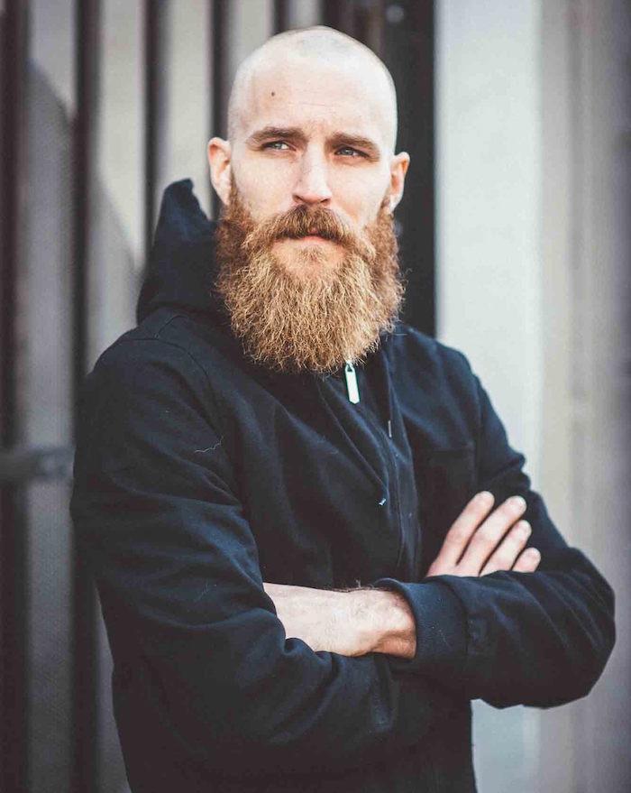 hipster style barbe avec crane rasé chauve et barbu