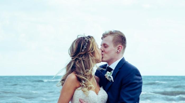 Jolie coiffure mariage pour cheveux bouclés coiffure mariage boucles couple amoureuse