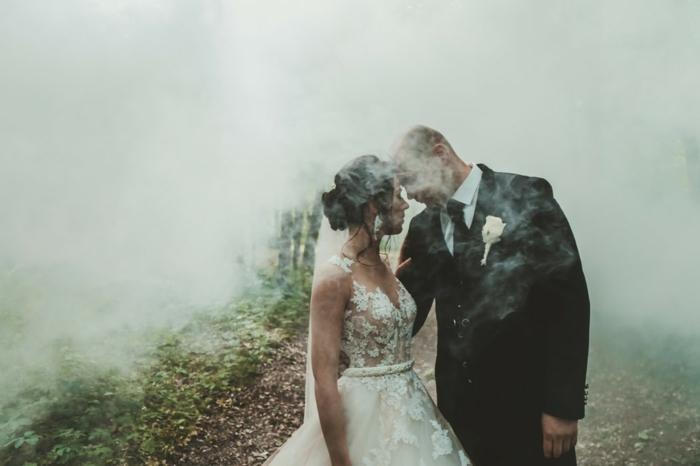 La coiffure cheveux bouclés pour mariage quelle coiffure choisir couple amour idée photo de mariage originale