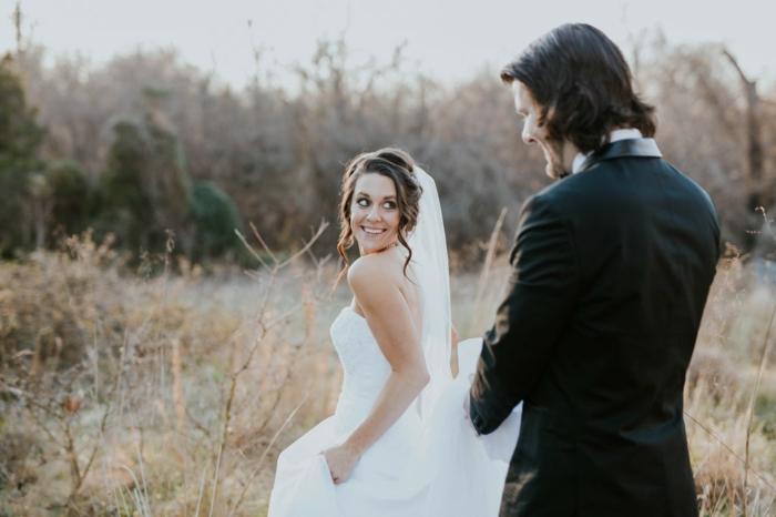 Modele coiffure maquillage et coiffure mariage cheveux bouclés longs photo de mariage originale