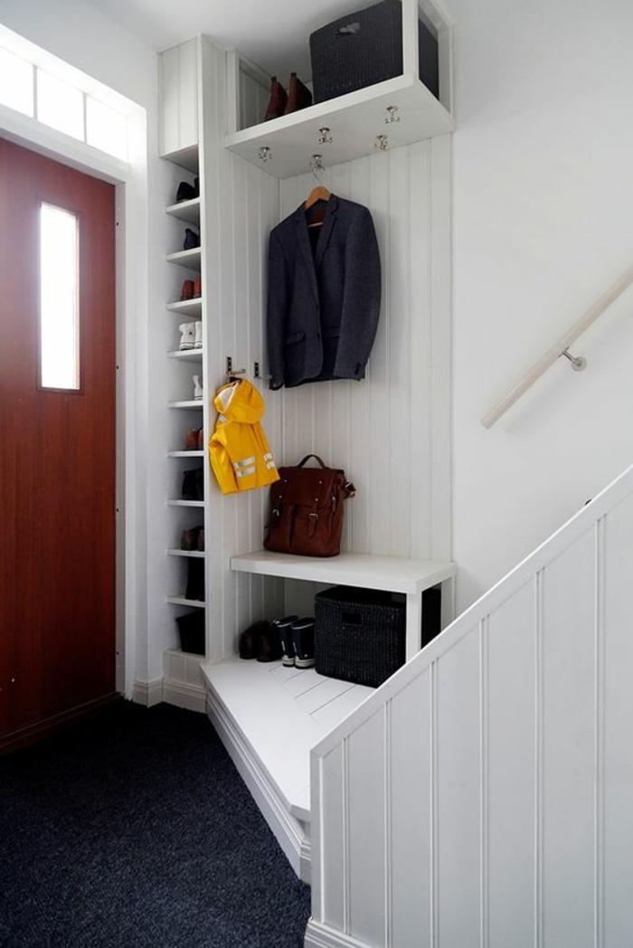 idée entrée en blanc et gris anthracite, porte en couleur cerise, étagères en blanc, banc blanc, escalier avec des marches en bois peint en blanc