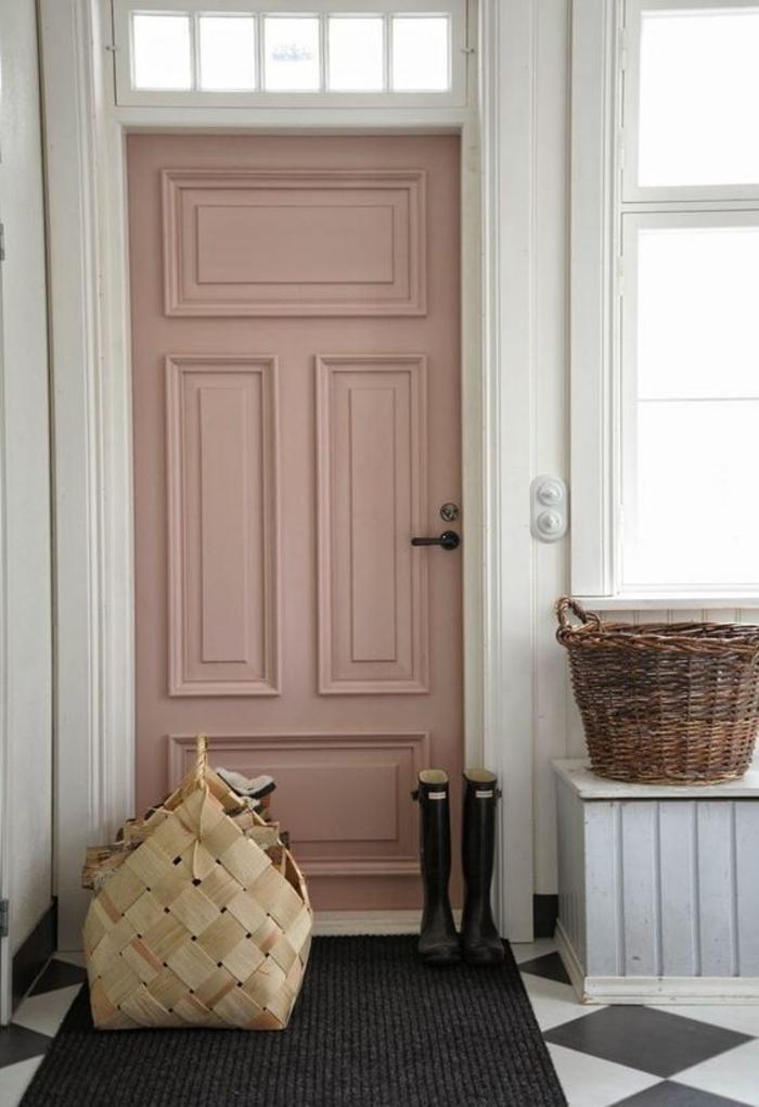 quelle couleur pour un couloir, blanc et gris pour le carrelage,tapis gris anthracite, murs blancs, porte rose, banc en gris pastel et blanc