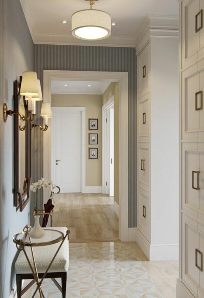 comment decorer un couloir, carrelage en beige, luminaire tambour avec abat-jour beige, deux appliques murales avec des abat-jours en beige, papier peint en gris avec des rayures verticales grises et blanches, mur en beige