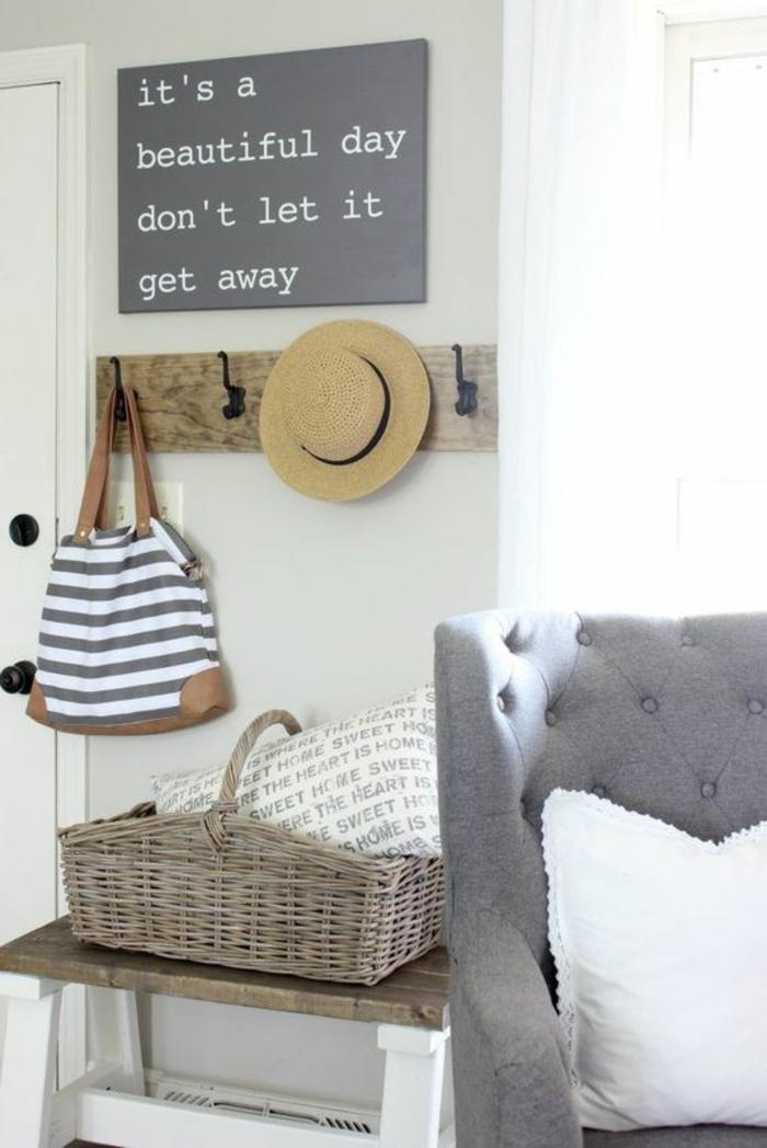 quelle couleur pour le couloir gris perle et blanc, message de bonheur suspendu au mur, patères en bois clair et en métal noir, fauteuil gris pastel