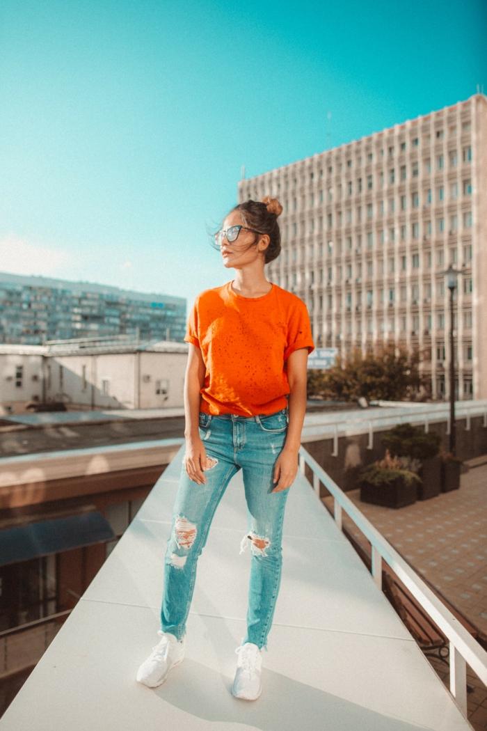 Jolie tenue cool chic tenue chic décontractée habillement tee shirt orange trop cool jean déchiré tenue décontracté