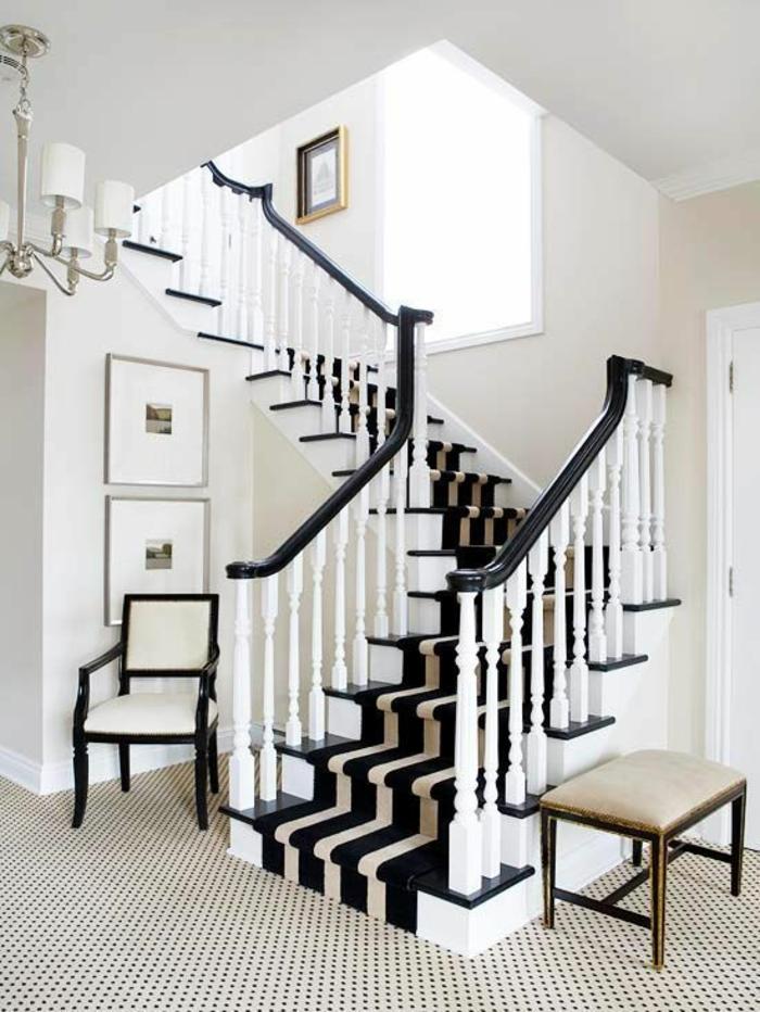 quelle couleur pour un couloir, escalier en tapis roulant en noir, blanc et beige, luminaire classique avec cinq ampoules avec des abat-jours blancs, chaise en noir et blanc en style classique, carrelage à petits points noirs et beiges