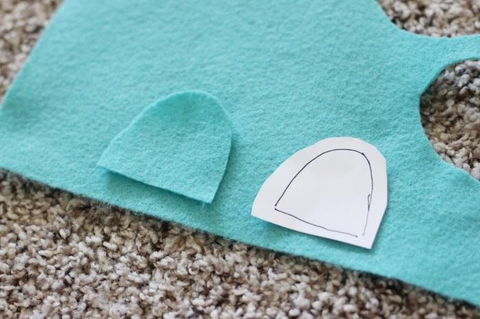 patron masque, couper le tissu turquoise pour faire masque pour les yeux, petites yeux 3D en tissu et papier