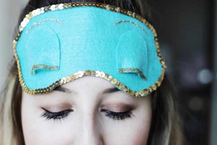 fabriquer un masque, modèle de masque diy en tissu turquoise et paillettes décoratives de nuance dorée