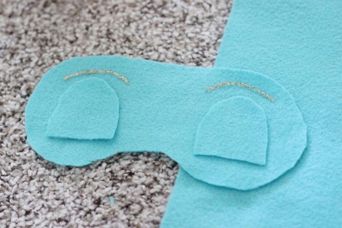 activités manuelles, étapes à suivre pour faire son masque pour dormir, masque en tissu turquoise avec glitter doré