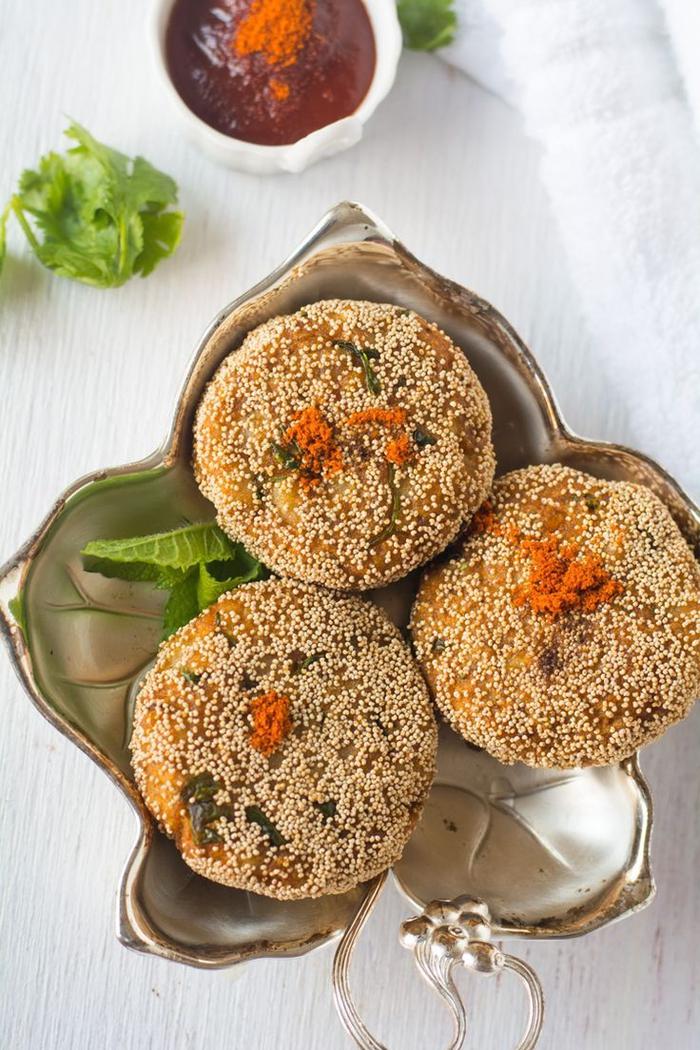 entrée végétarienne exotique inspirée de la cuisine indienne, recette de croquettes de pommes de terre au fromage indien et aux petits pois