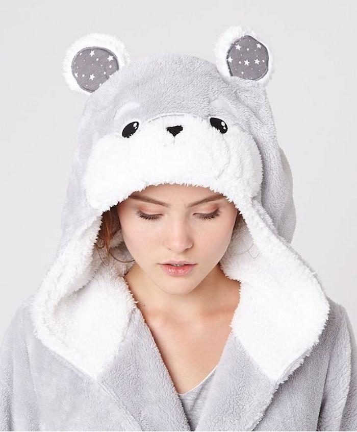 idée cadeau ado fille, une robe de chambre couleur blanche et grise et motif ourson mignon, idée originale
