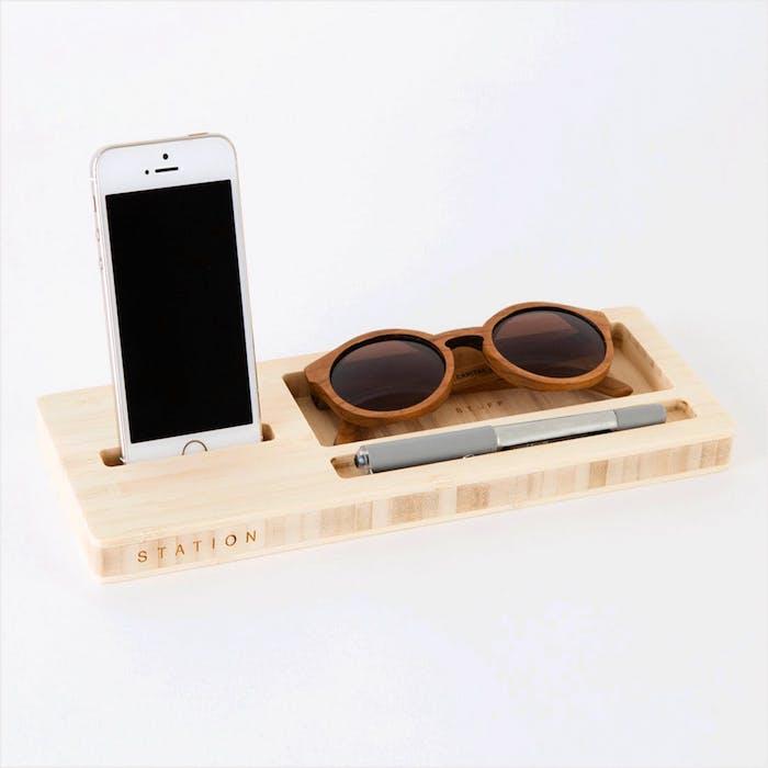 exemple idée cadeau femem 30 ans, support lunettes de soleil et smartphone, cadeau de noel pour femme
