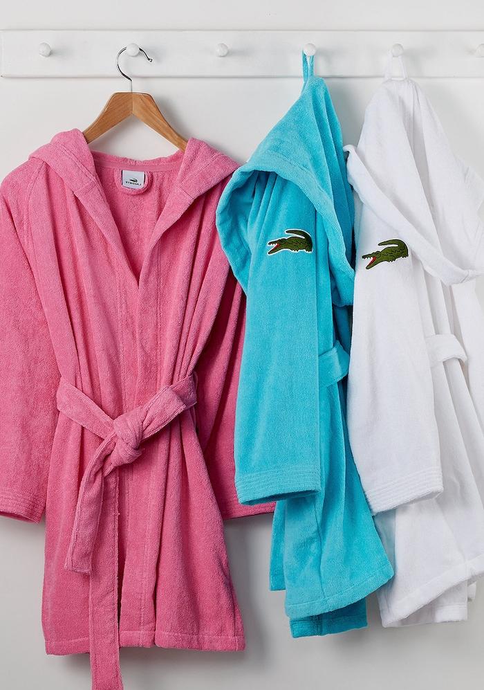 cadeau noel femme, robe de chambre couleur rose, bleue ou blanche, idée cadeau noel maman