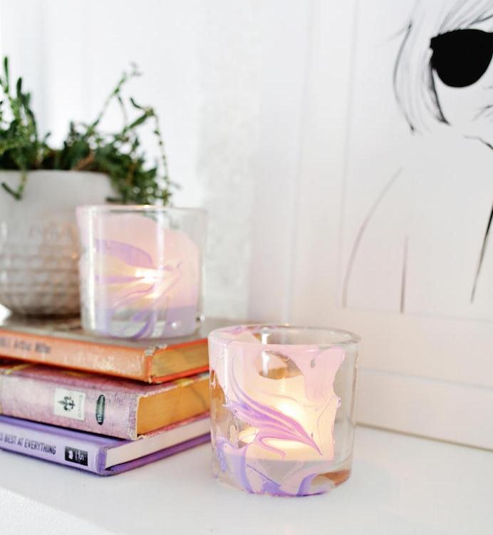 idée cadeau maman, un bougeoir en verre à effet marbre, fabriqué à l aide de vernis à ongles, bougie