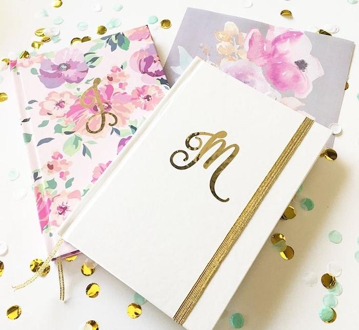idee cadeau noel pour ado, un journal intime monogrammé avec la première lettre du prénom, première de couverture fleurie