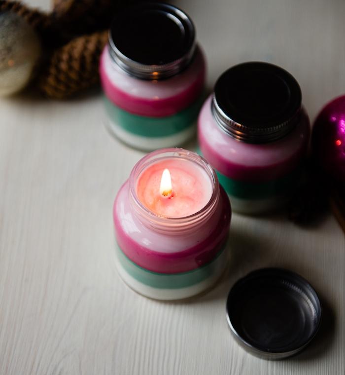 idée cadeau noel femme, bougies dans un pot en verre avec des couches de différentes couleurs