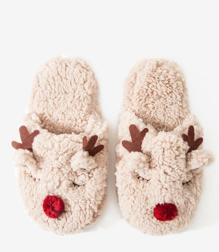 pantoufles de noel à motif rudolphe le renne au nez de pompon rouge et bois marron en tissu, cadeau de noel pour femme