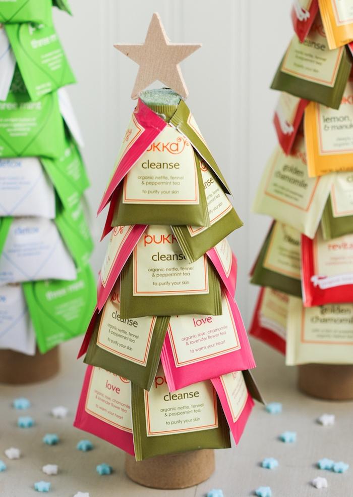 idée cadeau noel femme, un arbre de noel en sachets de thé sur un rouleau de papier essuie tout